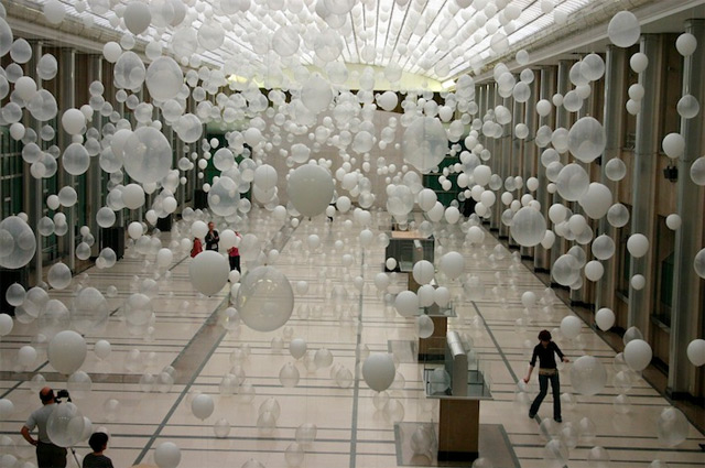 Scattered Crowd by William Forsythe. Baloons Installation.